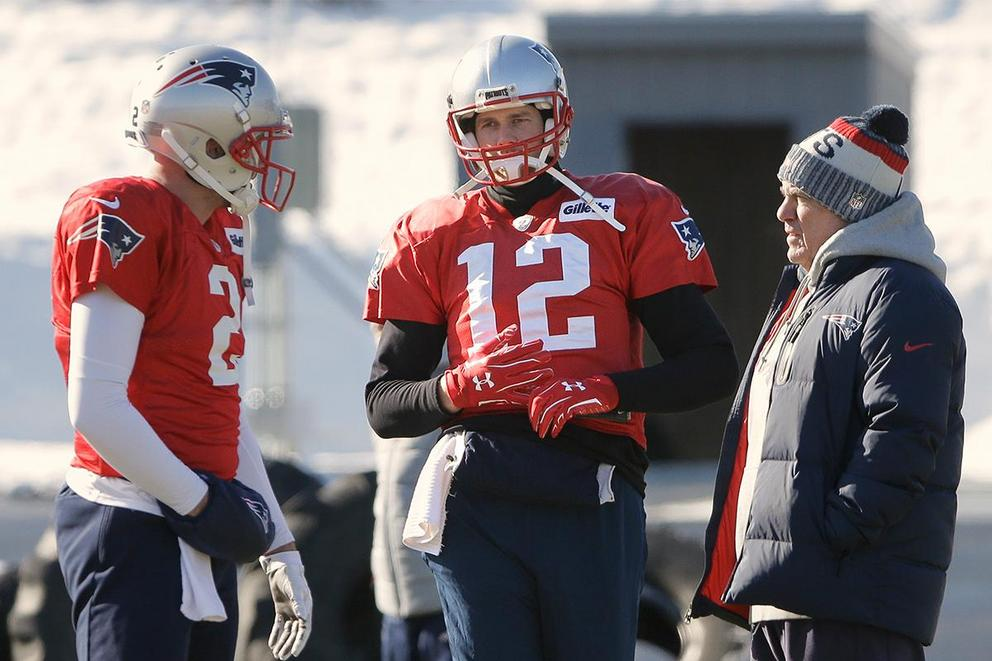 Should Patriot fans panic about Tom Brady's hand?